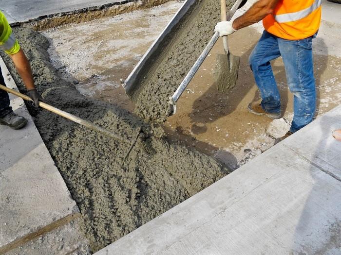 На изображении заливка бетона