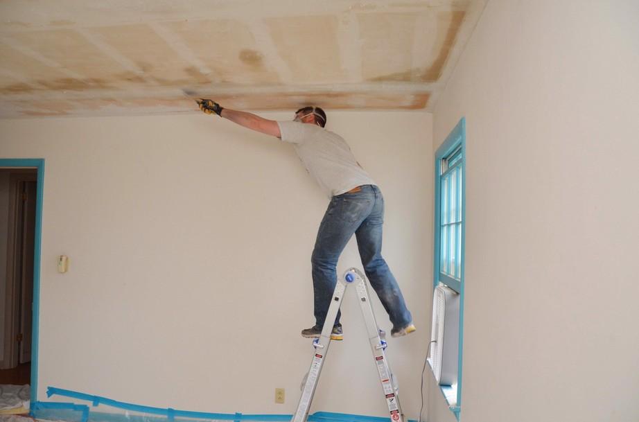 Как зашпаклевать потолок своими руками правильно?
