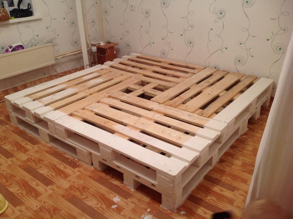 Квадратная кровать из поддонов