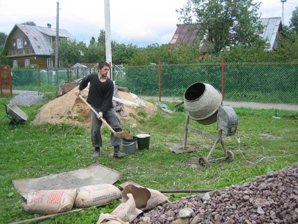 Приготовление бетона на бетономешалке