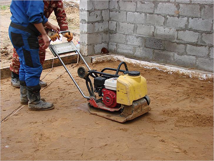 Утрамбовка песчаной подушки под бетонную стяжку