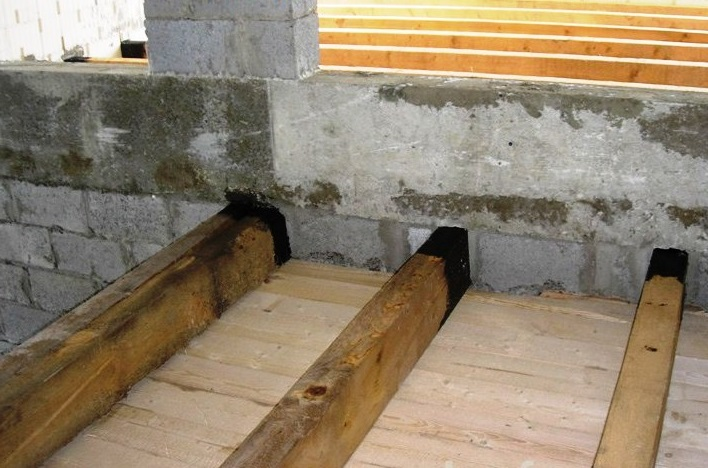 Защита торцов поперечных лаг от контакта с бетоном