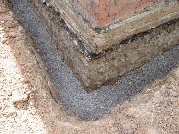 Гравийно-песчаная подушка в дренажной траншее