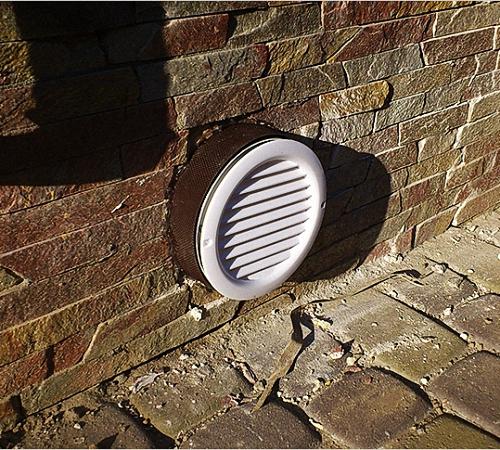 Отверстие приточной вентиляции над полом гаража