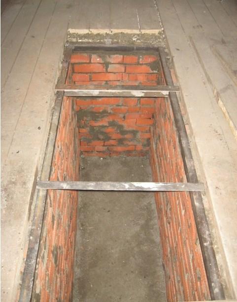 Металлический уголок на стенках ямы