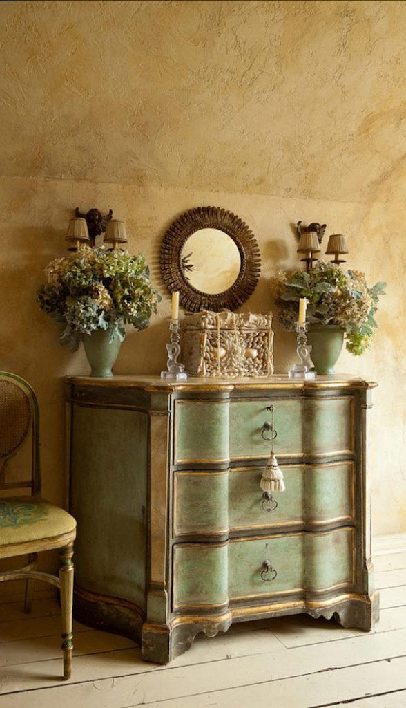 Для прованса характерны вазы с цветами на комоде