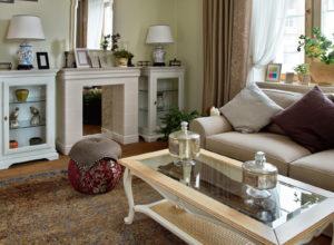 Гостиная с электрокамином и застеклёнными тумбами в стиле прованс