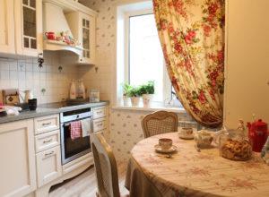 Кухня в стиле прованс в пастельных тонах с цветочным принтом