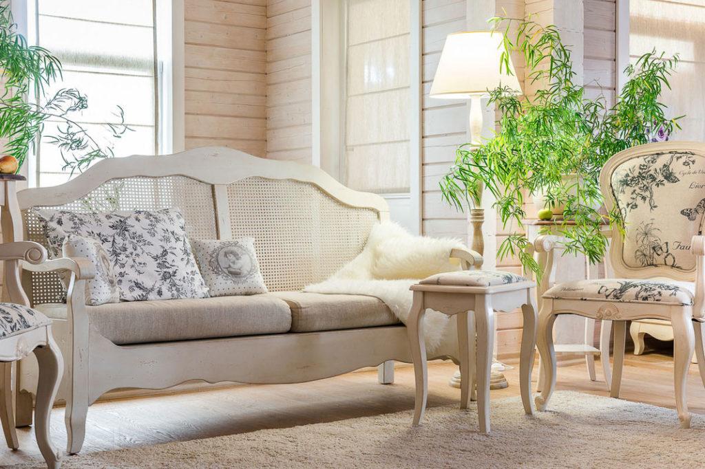 В интерьере прованс использованы живые цветы и цветочный принт на обивке мебели