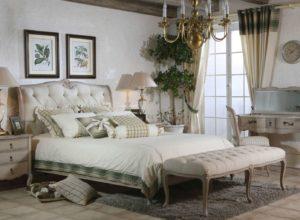 Живые растения и цветочные пано в спальне прованс