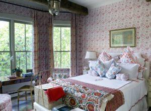 Обои и текстиль с различным цветочным рисунком в спальне в стиле прованс
