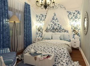 Обои с цветочным принтом и обои вполоску в спальне в стиле прованс
