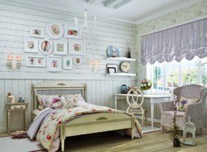 Спальня со стеной, отделанной деревом в голубых тонах
