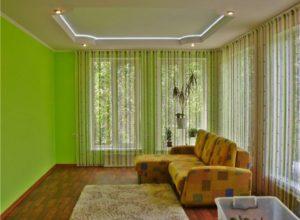 Гостиная комната с нитяными шторами
