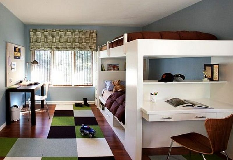 Светлая двухъярусная кровать в детской комнате