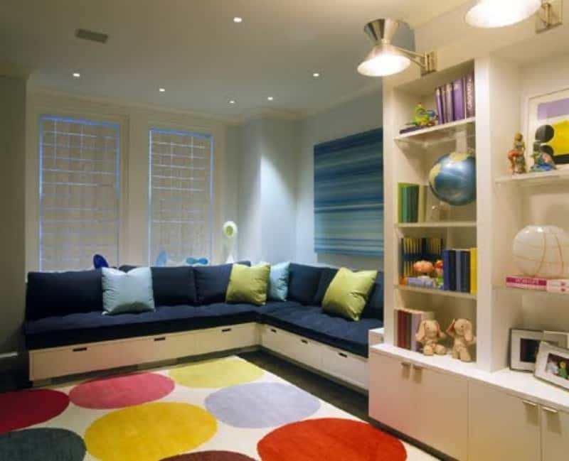 Мягкий раскладной диван в детской комнате