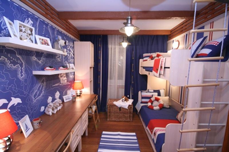 Бело-синяя комната с деревянной мебелью