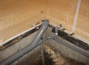 Процесс монтажа вентиляции для канализационной системы