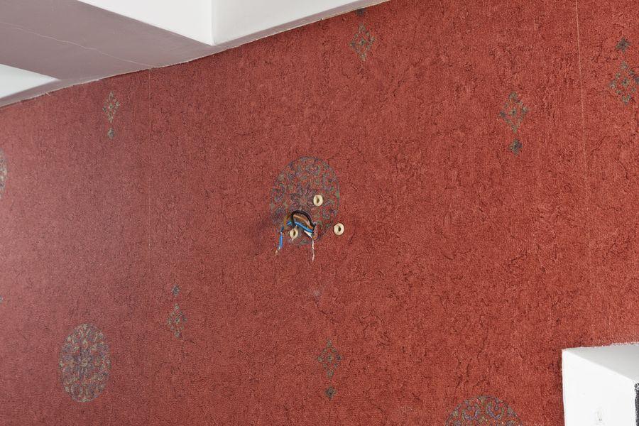 Стена с выведенными проводами