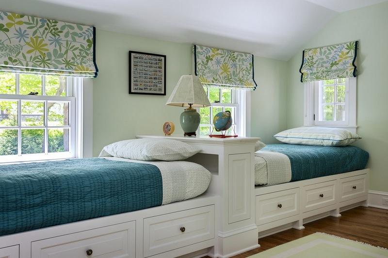 Две светлые кровати в детской комнате