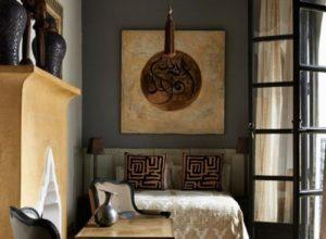 Ассиметричная мебель в интерьере узкой спальни