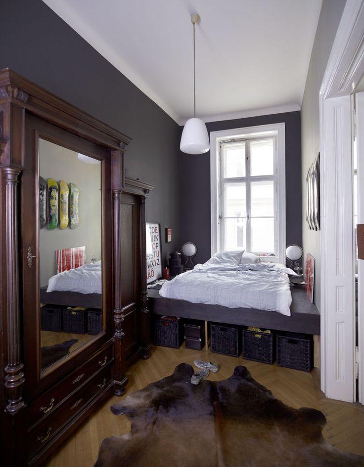 Серая узкая спальня