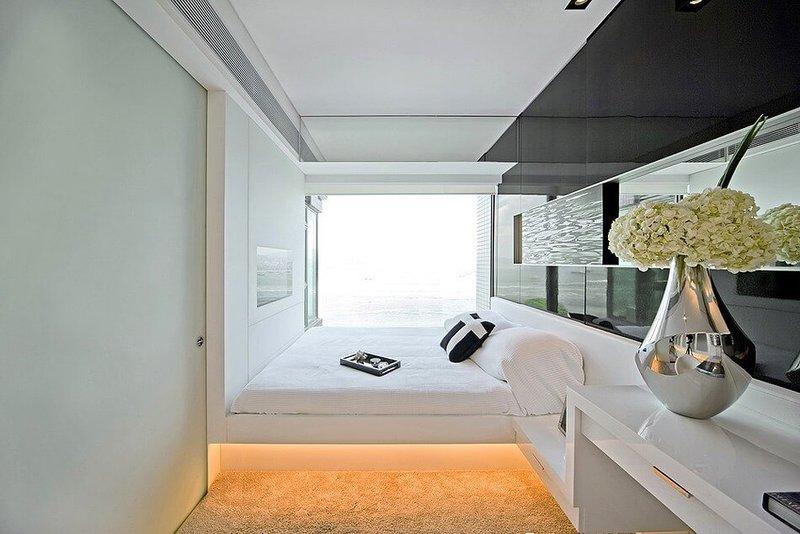 Стиль хай-тек в интерьере узкой спальни