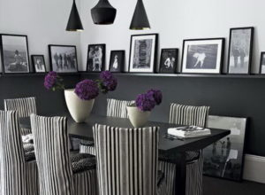 Тёмно-светлая гостиная с несколькими люстрами