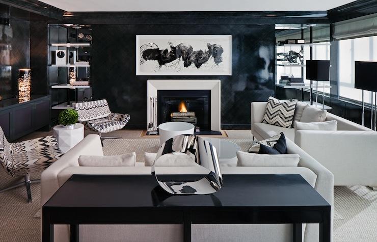 Чёрно-белая гостиная с разной мягкой мебелью