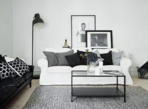 Серый ковёр в чёрно-белой гостиной