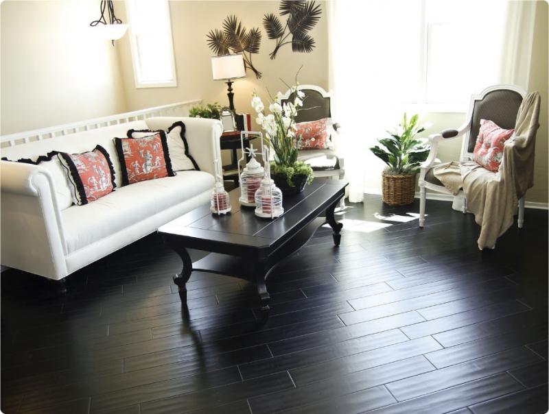 Чёрный пол со светлой мебелью в гостиной