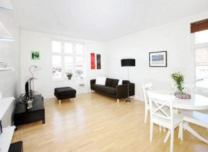 Белая гостиная с чёрной мягкой мебелью