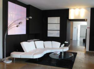 Чёрная гостиная с белым диваном