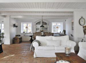 Аутентичный пол и потолок в гостиной