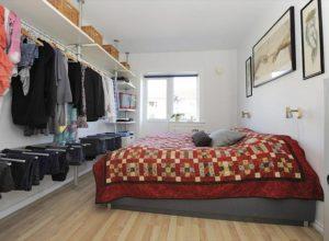 Открытая гардеробная напротив спального места