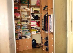 Гардеробная внутри спальни с полупрозрачными дверьми