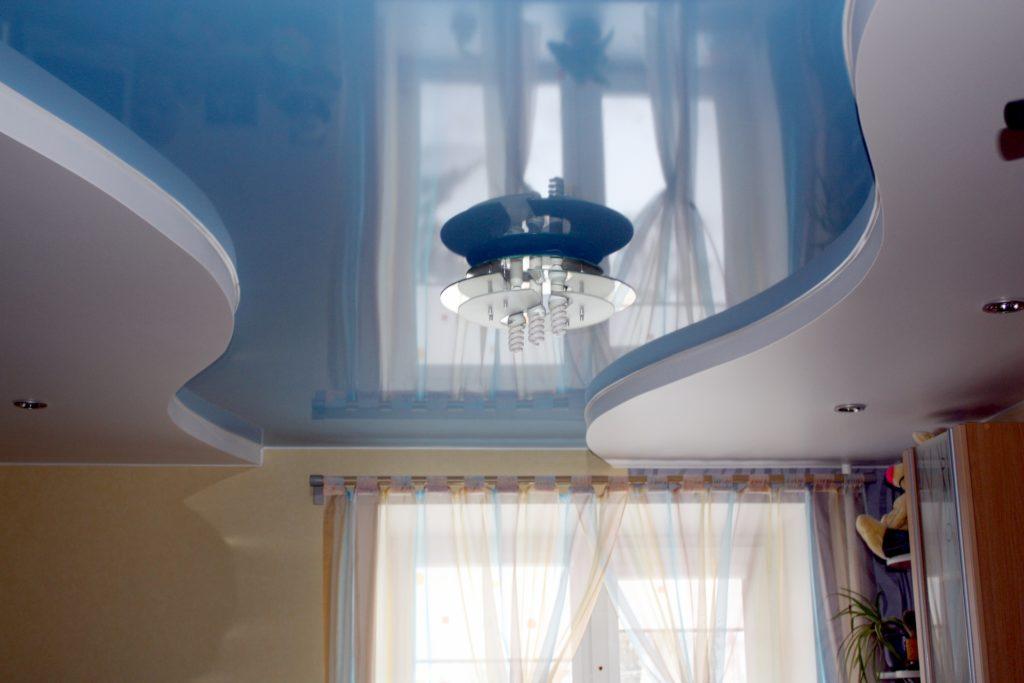 Глянцевый потолок в спальне с небольшим метражом