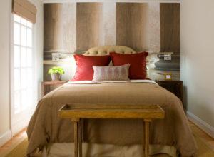 Кровать в небольшой спальне