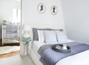 Светлая отделка маленькой спальни