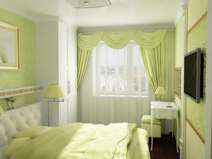 Телевизор, расположенный в маленькой спальне
